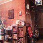 喫茶あおき - 時計や壁の絵も物凄い雰囲気を出している。