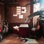 喫茶あおき - 淡い光のアンティークシャンデリア、一際目立つベルベッドのソファ、味のあるカウンターとチェア。  ムーディーでディープなその空間は、まるで映画の世界に飛びこんだかのような感覚になる。