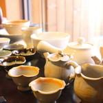 韓日茶苑 楽zen - 韓国の茶器が並ぶ