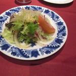33926239 - たっぷりの新鮮サラダ