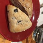 33926246 - 自家製パン。食べ放題です。
