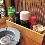 一膳飯屋 八起 - 卓上に常備された調味料類
