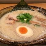 越後秘蔵麺 無尽蔵 - 料理写真:豚骨塩らーめん(太麺)723円