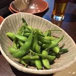 龍屋 - 料理が全然来ないのでサービスしてくれた枝豆。
