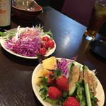 龍屋 - お通しのサラダ。