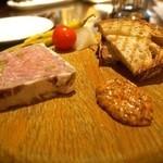 ザ ロビーラウンジ - 豚肉とピスタチオのパテ エスペレットマスタード、ピクルス(参考:単品価格2,200円)