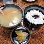 見晴旅館 - 夕食(ご飯・ワタリガニの味噌汁・漬物)