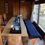 きむら屋 - 東向きカウンター席(テーブル席)