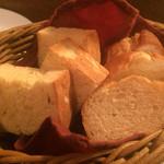 烏丸DUE - 海老のアヒージョ(¥620)のパン
