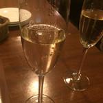 烏丸DUE - ワインで乾杯!!(¥500)→赤or白or泡+ちょっとしたおつまみ付き