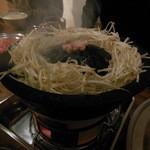 小樽ジンギスカン倶楽部 北とうがらし - まずは鍋を焼いて