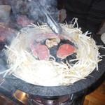 小樽ジンギスカン倶楽部 北とうがらし - 肉をのせて