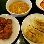 紅虎餃子房 - セットの餃子、から揚げ、玉子スープ