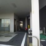 堀添食堂 - 右奥が食堂の入口です(左側は民宿の入口です)