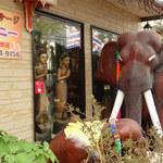 タサニー - 2013年4月 チャーンに一礼して入店しましょう。