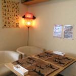 ファミーユ - 壁際のテーブル