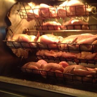 専用オーブンで焼きあげる雛鳥のロティ