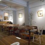 33957253 - 大テーブルと白が基調の店内