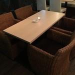 ミョンカフェ - 最大4名掛けのテーブル席。まったり会話も弾みます◎