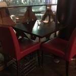 ミョンカフェ - 最大2名掛けのテーブル席。待ち合わせやちょっとした休憩に◎
