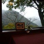 茶庵とちのき - 雨が降る前で、山は煙っています