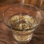 33972879 - 正月のお祝いの特別サービスの金箔入り日本酒