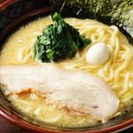 吟家 - 料理写真:固めの麺とスープの相性が抜群『濃厚とんこつ醤油ラーメン』