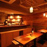 日本酒バル Funky原田2 波平ESSENCE - 木をふんだんに使用した温かみのある落ち着いた雰囲気のお店