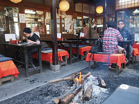 松葉茶屋 - 中央で火が焚かれていて暖かい!