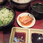 清香園 - サラダやお味噌汁、キムチもついてます♪