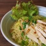 大阪カオマンガイカフェ - 鶏がらスープのラーメン