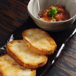 博多中洲ぢどり屋 - インドネシア産の唐辛子を使用した独自の激辛ソースをフランスパンにつけてお召し上がり下さい。