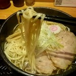 麺屋しみる - 『煮干しラーメン』麺リフト