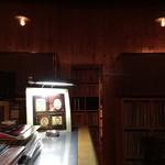 JBS - かかっているアルバムは照明の下に置かれる。スマホで検索しても出てこないアナログのナンバー