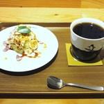 マルノウチリーディングスタイル - バナナと豆腐の塩キャラメルティラミス、コーヒー