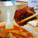 34019330 - 「赤いラーメン」の辛子が一面に塗された豚の角煮です。お肉に弾力があり辛みのあるスープに合っています。美味しい!大きい!