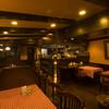 サエラ 2000吉 - 内観写真:店内は、温かさが漂う落ち着いた空間で、シックな色合いの柱やフロア、テーブルが歴史と心地よさを感じさせます。