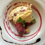 34042190 - カシスのジェラートとケーキ、マチェドニアに貴腐葡萄のソース