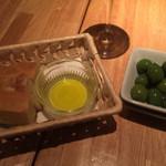 ワイン食堂TreTre - (お通し)オリーブオイルにパンを付けて食べます