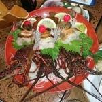 博浜 - 料理写真:伊勢海老の活け造りです。ヒゲがまだ動いていました、1人1尾ずつ頂きました
