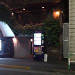 フルハウス - 出入口の前はガレージ