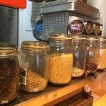 マサラキッチン - 手際よく小分けにした具材をパパパ~とスパイスと共に炒めます。