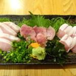 軍鶏一 池袋店 - しゃもの刺身三点盛り合わせ(左から、もも、むね、ささみ)/夜のメニュー