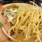 ラーメン スミス - 麺は中太麺       歯応え十分な食べ応えあり