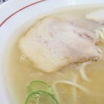 幸せひとつ - 脂っこいのかな~。 でも、スープを頂いてみるとサラサラ。出来過ぎ感がなくて、ちょっと豚骨ムサイとこが好みです。
