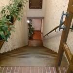 34066271 - 湾曲した幅広の階段が、スペシャル感をビシビシ浴びせてきますね!