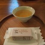 Sunny Hills 台北 民生公園 - 店内でまず試食!