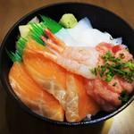 丼ぶりこ - 家内が頂いた「どんぶりこ丼・並盛」サーモン、いか、ねぎトロ、甘えび。500円(税別)です。この海鮮丼のみシャリ大盛りサービスにできます。