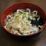 丼ぶりこ - ランチタイムは、海鮮丼と一緒に注文すると、うどん が150円(税別)で頂けます。お味はそれなりですので、お腹が膨れればイイなという時にお願いしましょう。
