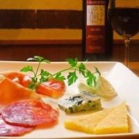オステリア・アニマート - イタリア産 ハムやサラミ、チーズの盛り合わせ